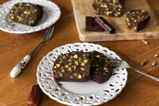 Σοκολατένιο μωσαϊκό ψυγείου με φιστίκια Αιγίνης και χουρμάδες