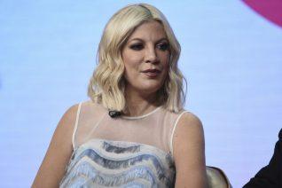 """Η Tori Spelling μιλά για το bullying που δεχόταν όταν ξεκίνησε να παίζει στο """"Beverly Hills 90210"""". «Με αποκαλούσαν βάτραχο»"""