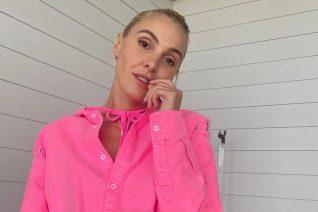 Η Τάμτα με ροζ ολόσωμο μαγιό φοράει την It τάση του καλοκαιριού