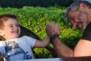 Ο Θοδωρής Αθερίδης δημοσίευσε την πιο καλοκαιρινή φωτογραφία με τον εγγονό του. Εσύ εστίασε στο ολόιδιο βλέμμα