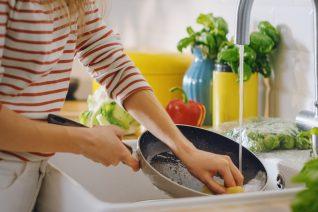 Μαύρισε το τηγάνι; Το εύκολο κόλπο για να το κάνεις σαν καινούργιο (και να μην το πετάξεις)