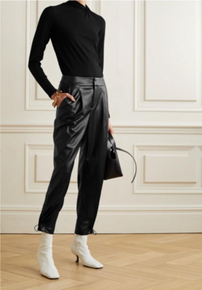 Ψηλόμεσο παντελόνι με πιέτες από vegan leather