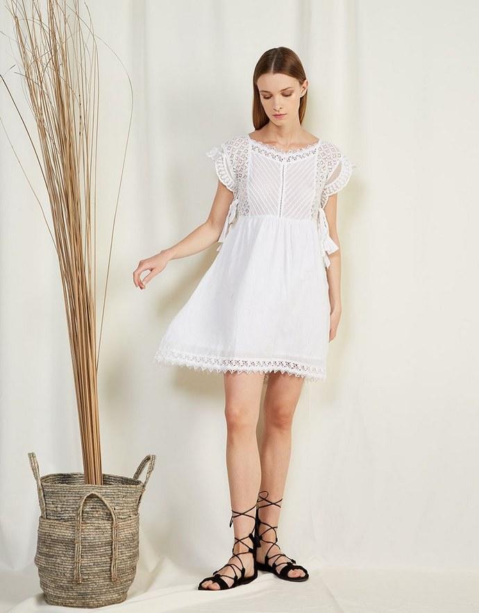 Μίνι φόρεμα με δαντέλα και δέσιμο στο πλάι