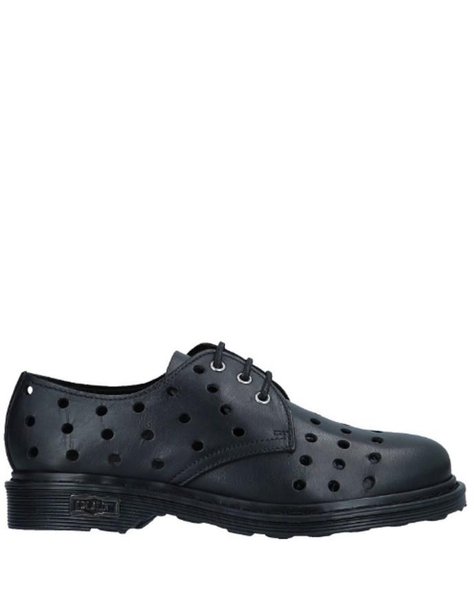 Hailey Bieber φορά το τέλειο παπούτσι