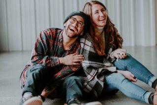 Τα 3 ζώδια με αίσθηση του χιούμορ που θα ερωτευτείς (κεραυνοβόλα)